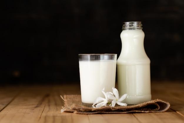 Copo de leite e uma garrafa de leite fresco