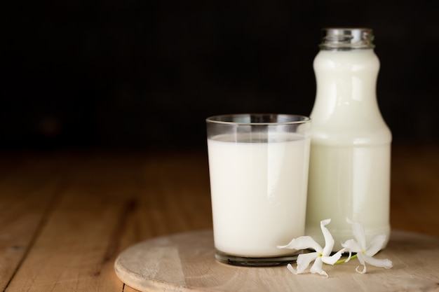 Copo de leite e uma garrafa de leite fresco Foto gratuita