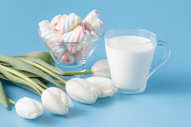 Copo de leite fresco e tulipas