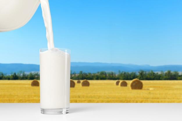 Copo de leite na mesa