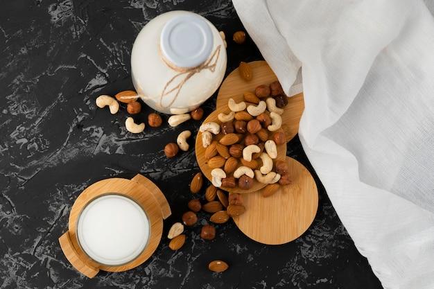 Copo de leite saudável porca sem gorduras nocivas em uma superfície grunge, jantares rentáveis
