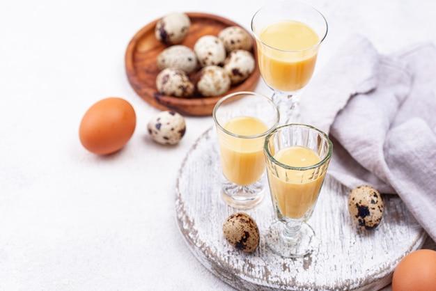 Copo de licor de ovo doce