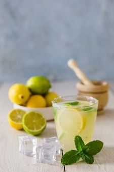 Copo de limonada com cubos de gelo