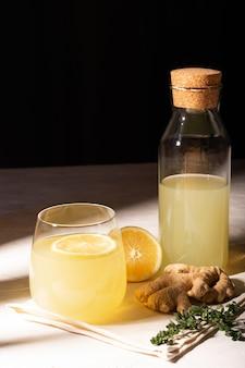 Copo de limonada com gengibre e limão