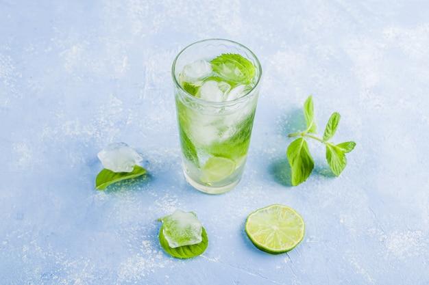 Copo de limonada de verão ou chá gelado