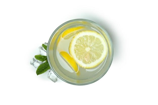 Copo de limonada isolado no fundo branco