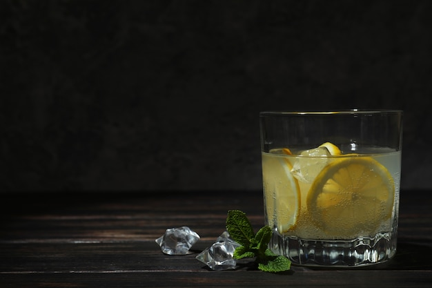 Copo de limonada na mesa de madeira, espaço para texto