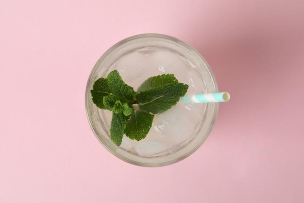 Copo de limonada na superfície rosa, vista superior