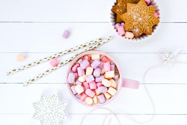Copo de marshmallow de cacau rosa e biscoito de gengibre
