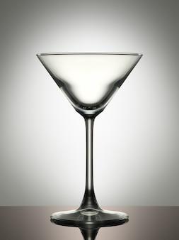 Copo de martini vazio em um fundo branco.