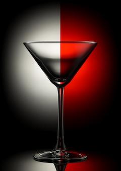 Copo de martini vazio em um fundo de cor.