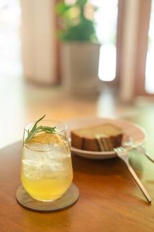 Copo de mel de limão gelado com alecrim em café restaurante