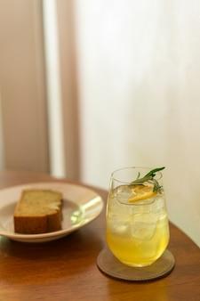 Copo de mel de limão gelado com alecrim em um café restaurante