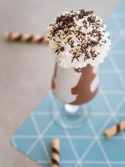 Copo de milk-shake de chocolate de alto ângulo