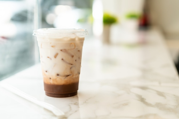 Copo de milkshake de chocolate belga gelado