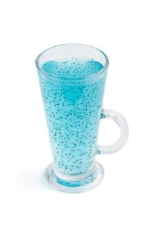 Copo de mirtilo azul bebida colorida com sementes de manjericão, isolado no fundo branco morninig conceito de bebida saudável de primavera