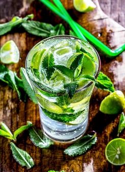 Copo de mohito cocktail ou limonada com limão e hortelã