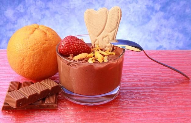 Copo de mousse de chocolate com biscoito