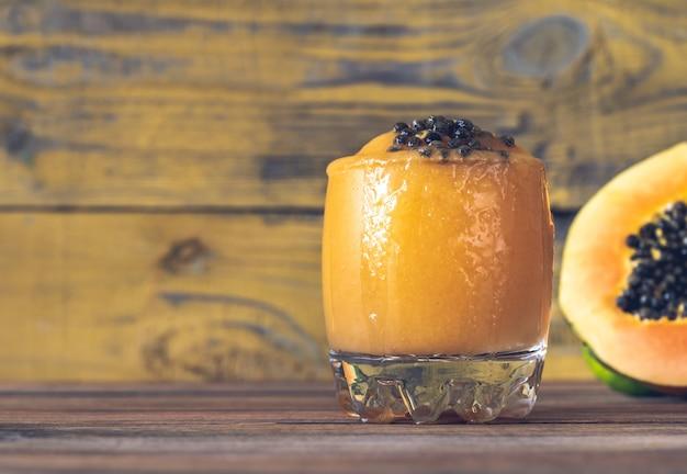 Copo de papaya caliente - coquetel de rum com frutas