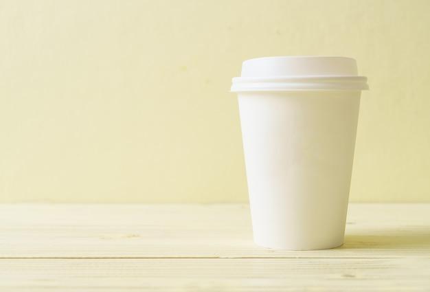 Copo de papel com café para viagem