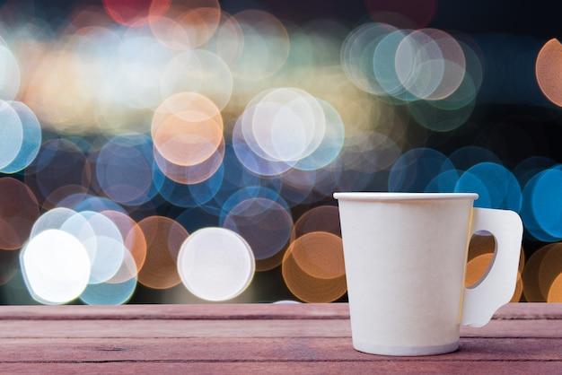 Copo de papel de café na mesa de madeira