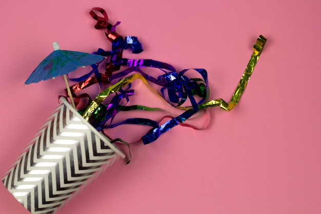 Copo de papel de vista superior e conceito de festa de bebida de verão brilhante confetty