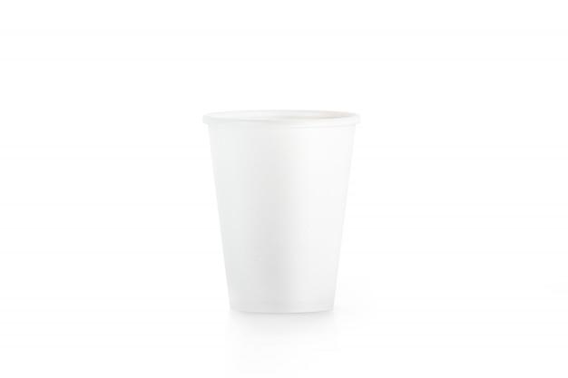 Copo de papel descartável branco em branco isolado