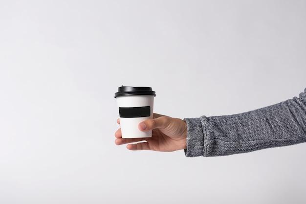 Copo de papel do café do modelo no fundo cinzento. para logomarca.