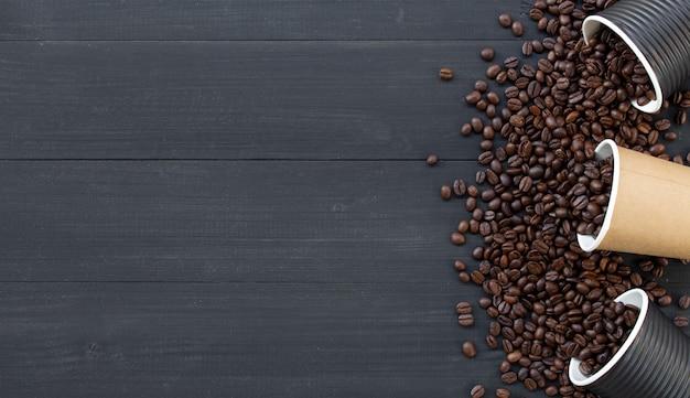 Copo de papel e grãos de café