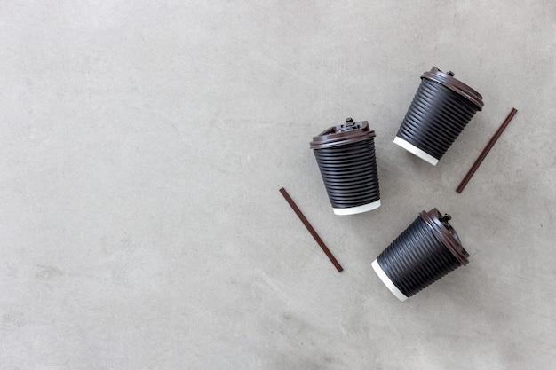 Copo de papel preto café sobre fundo branco mesa