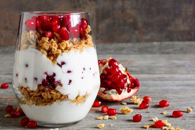 Copo de parfait de iogurte caseiro com granola e romã fr