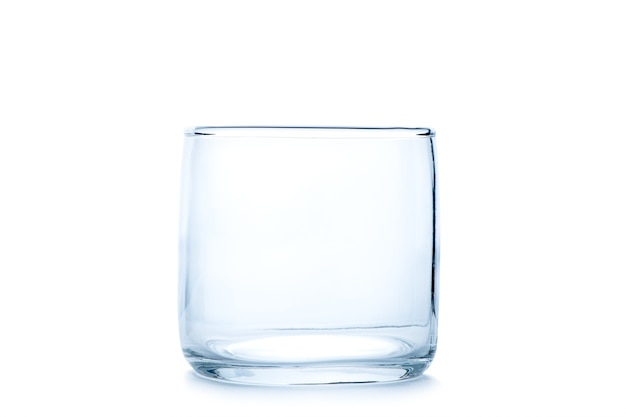 Copo de pedra vazio ou vidro antiquado isolado no fundo branco, conceito de vidro