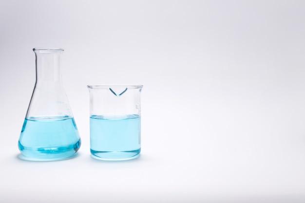 Copo de pesquisa de laboratório de química e tubo de ensaio