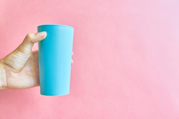 Copo de plástico colorido.