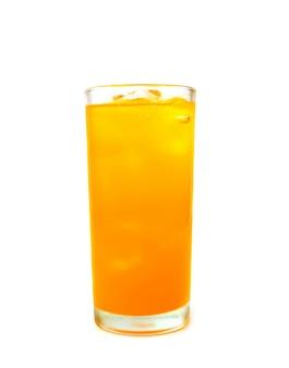 Copo de refrigerante de laranja com gelo no fundo branco