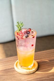 Copo de refrigerante de pêssego e frutas vermelhas em café restaurante
