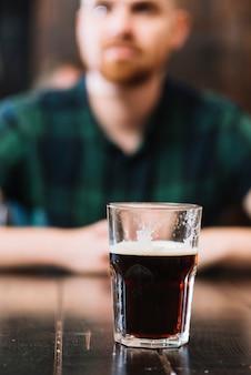 Copo de rum na mesa de madeira