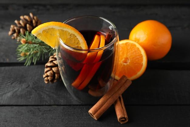Copo de saboroso quente com laranja
