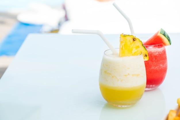 Copo de smoothies de abacaxi