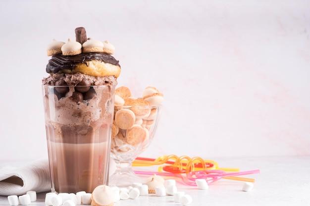 Copo de sobremesa com donuts e marshmallows