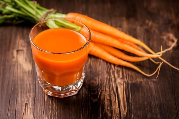 Copo de suco de cenoura espremido