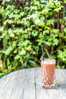 Copo de suco de chocolate em cima da mesa