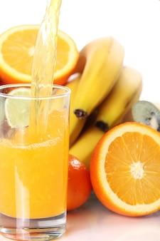Copo de suco de frutas frescas