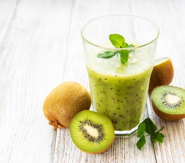 Copo de suco de kiwi com frutas frescas
