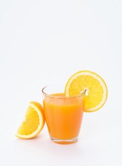 Copo de suco de laranja com fatias