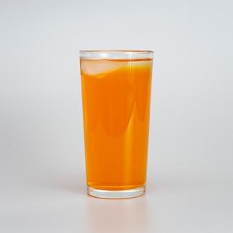 Copo de suco de laranja com gelo branco