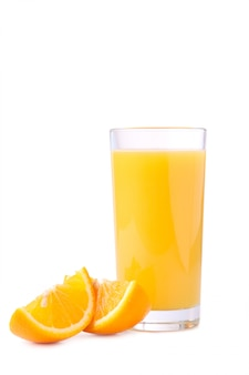 Copo de suco de laranja com laranjas isolado no branco