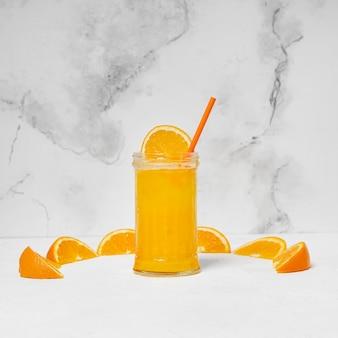 Copo de suco de laranja delicioso