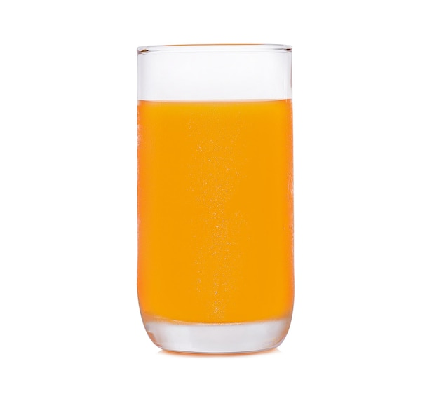 Copo de suco de laranja em fundo branco