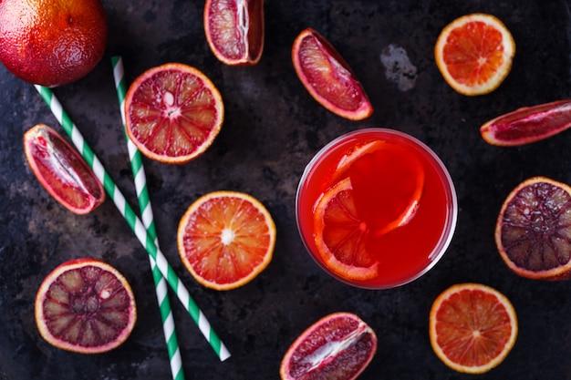 Copo de suco de laranja espremido na hora, laranja pigmentada